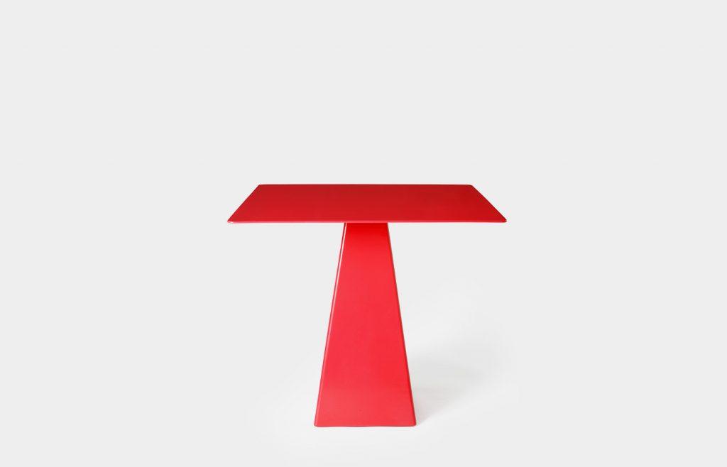 Tavolo quadrato con base trapezoidale 1